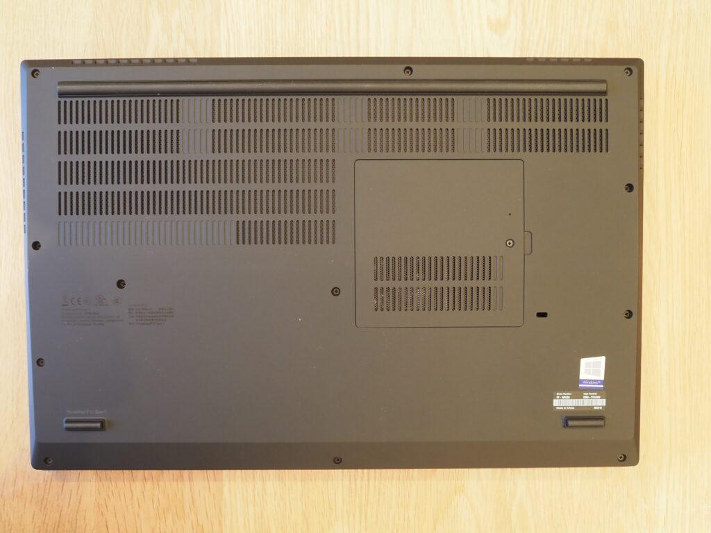 本体裏面:Lenovo ThinkPad P17 Gen 1